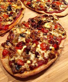 J'ADORE faire des pizzas sur des pains naan. C'est croustill… – Pizza Ideas Cheesy Pizza Recipe, Onion Pizza Recipe, Red Onion Pizza, Grilled Pizza Recipes, White Pizza Recipes, Naan, Pizza Vino, Veg Sandwich, Pizza Chef