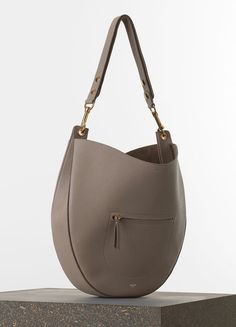 Celine medium hobo with zip handbag in light taupe crisped calfskin 1650€