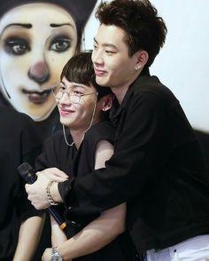 "🕊 on Instagram: ""Me encantan!!! 😍🖤 #offgun #gunatp  #gunatthaphan #เบบี๋ #gmmtv #offgunlatinoamerica #offgunmexico  #offgunenespañol #ออฟกัน…"" Otp, Korean Best Friends, Theory Of Love, Types Of Guys, Asia, Cute Gay Couples, Body Poses, Thai Drama, Secret Love"