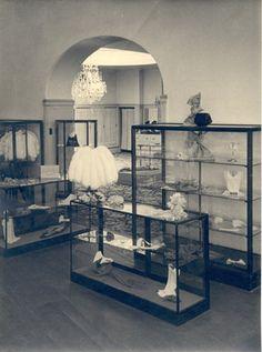 De nouveauté afdeling van Maison de Bonneterie met 'Weensche en Parijsche handschoenen, corsages en al die petits riens, waar een vrouw niet buiten kan.'