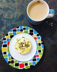 O que rolou no café de hoje: café batido com mixer de pobre ficou igual expresso (foi só o café mesmo)  ovo feito no meu egg fit rs... Com queijo e orégano. #lchf #lowcarb #lowcarbdiet #lowcarbhighfat #bomdia #coffee #egg #comidadeverdade #comerbemquemaltem by isacbvm
