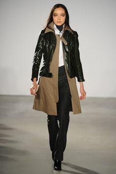 Sobreposição trench e jaqueta de couro