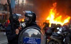 Once personas resultaron heridas en una tercera noche de enfrentamientos entre autoridades y manifestantes que apoyaban a un grupo okupa en Barcelona