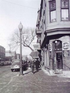 Boulevard de Maisonneuve vers l'est et rue St-André [1947]:: Ce Dépanneur est nommé Dépanneur K. (Mars 2017) et opéré par un nouveau arrivant Chinois-Canadien. Mont Royal Montreal, Montreal Ville, Montreal Quebec, Old Pictures, Old Photos, Montreal Architecture, Photo Vintage, Canada, Far Away