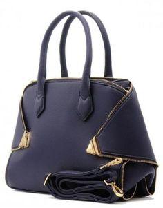Jolie sac à main à bordure zippée avec un poids de 1.23 kg. Ce sac est en matière similicuir à l'extérieur, une doublure en polyester et une chaîne en similicuir. Il a deux poches zippées et deux poches fines à l'intérieur et pour terminer une poche zippée à l'extérieur. La fermeture se fait par une fermeture éclaire.