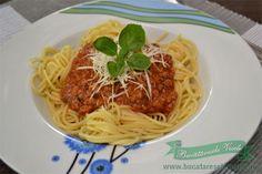 Spaghetti cu sos bolognese , o reteta traditionala de paste ce poate fi gatita in mai multe variante dupa gustul fiecaruia. Vi le recomand!! Ingrediente Pentru 4 portii 400 g amestec de carne tocata (vita si porc) 1 ceapa 1 catel usturoi 75 g bacon afumat o conserva rosii in bulion (400g) de la Sun Bolognese, Spaghetti, Pizza, Ethnic Recipes, Places, Food, Meal, Eten, Hoods