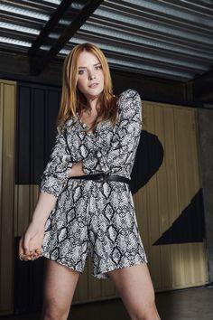 O macacão de manga longa com estampa de cobra é uma ótima opção para um look confortável e cheio de estilo. #VemProvar