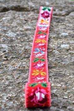 Jeg har begynt på mitt andre stakkeband! Eller det er jo egentlig en god stund siden jeg begynte, men har tatt det fram igjen nå. S... Mittens, Friendship Bracelets, Weaving, Costume Ideas, Crafts, Design, Hardanger, Needlepoint, Fingerless Mitts