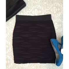 "Textured H&M bodycon miniskirt Flaunt your gams in this flattering bodycon miniskirt by H&M. It shows off your shape in a comfortable way with a stretch waist band. It has only been worn once, has one small snag at the top in the back of the skirt. The length is 18"". H&M Skirts Mini"