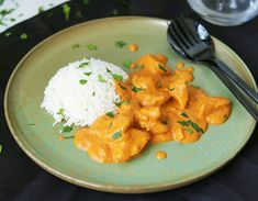 Cremiges Butter Chicken - Delicious Stories Light green plate, orange-colored butter chicken and whi Thai Recipes, Indian Food Recipes, Dinner Recipes, Cooking Recipes, Butter Chicken, Garam Masala, Green Plates, Food Inspiration, Curry