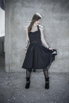 Dieses #Kleid aus dem Hause Black Premium by EMP ist ideal für alle Fans des #Rockabilly-Stils. Das Kleid erinnert mit seinem weit ausgestellten Rock samt Unterrock aus Tüll und dem geknoteten #Neckholder an den Chic der fünfziger Jahre. Die Schnürung an der #Taille betont die Figur auf besonders schöne Weise. #rockwear