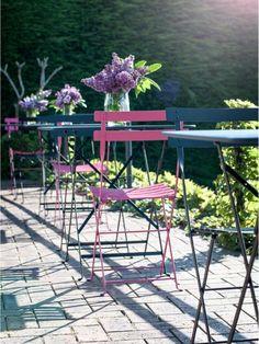 #Terrasse avec tables et chaises #Bistro #Fermob www.fermob.com / #outdoor