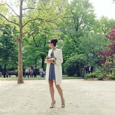 The French blogger Emilie The Brunette wearing the Tara Jarmon checked bustier dress. #tarajarmon #blogger #bustierdress #checks #spring #summer