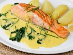 Lax med saffranssås, citron, kokt potatis, grönsallad och tomat. Blir också gott med pressad potatis eller ris.