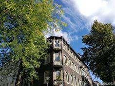 Eckhaus mit Eckbalkons vor blauem Himmel mit weißer Wolke in der Hansaallee in Münster in Westfalen im Münsterland