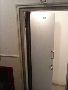 Porta acústica sem visor instalada na entrada de apartamento no Leblon - RJ. Para orçamento. Envie largura x altura para o nosso W. Zap. (21) 9 9591-2603.