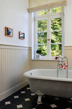 beadboard im badzimmer Diy Vanity, Wood Panel Walls, Wood Paneling, Wall Wood, Pipe Furniture, Furniture Design, Sweden House, Diy Bathroom Remodel, Bathroom Beadboard