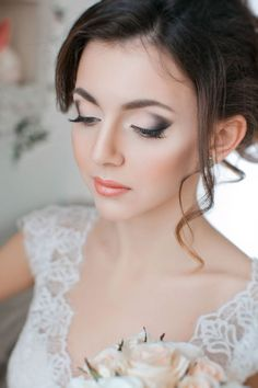 Wedding makeup for brunettes: light wedding makeup