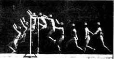 1878 Chronophotographie :  Marey crée le chronophotographe à plaque fixe constitué d'une chambre noire avec un obturateur en forme de cercle perforé d'une fenêtre devant la surface photo-sensible. Une fois en rotation, la fenêtre du disque laisse passer la lumière qui vient s'imprimer sur la pellicule. Cette opération est répétée = décomposition du mouvement sur une même photographie. cette superposition des images impose au sujet d'être de couleur clair devant un fond noir.