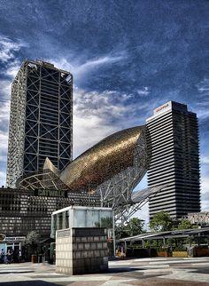 Pez de Oro (Peix d'Or) junto a la Torre Mapfre y el Hotel Arts de #Barcelona http://www.viajarabarcelona.org/lugares-para-visitar-en-barcelona/playas/