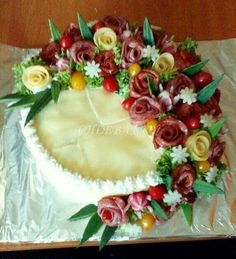 . Meat Trays, Food Platters, Easy Delicious Recipes, Yummy Food, Cake Platter, Cute Snacks, Sandwich Cake, Food Garnishes, Salty Cake