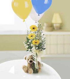 Delicado arreglo con trío de gérberas, peluche y globos con helio; puede solicitar en varios colores.