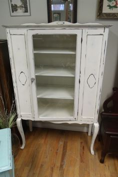 BEAUTIFUL QUEEN ANNE SHABBY CHIC ANTIQUE WHITE CURIO CABINET GLASS #QueenAnne