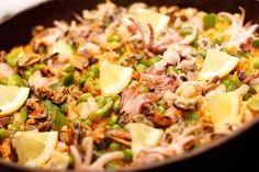 Еще больше рецептов здесь https://plus.google.com/116534260894270112373/posts  Паэлья с морепродуктами  Для приготовления паэльи нужна большая сковорода с невысокими бортами, плоским дном и двумя ручками, которую называют paella, отсюда и пошло название блюда. Но если специальной посуды для паэльи у вас нет, подойдет и любая сковорода с толстыми стенками, главное, чтобы у нее было широкое дно – чем тоньше слой риса (максимум 2 см), тем ароматнее и сочнее получится блюдо.  Ингридиенты:  - 1,2…