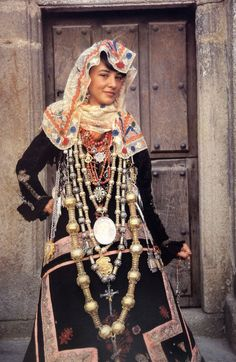 Local style: Traditional wedding costume and headdress of Europe - Folkloreschmuck Traditional Wedding, Traditional Dresses, Hippie Chic, Boho, Mode Costume, Costumes Around The World, Wedding Costumes, Ethnic Dress, World Cultures