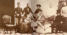 La emperatriz Elizabeth, con su familia política. De izquierda a derecha: de pie, el Emperador Francisco José, Maximiliano, Carlota, Luis Victor y Carlos Luis; sentados, la Emperatriz Elisabeth, la Archiduquesa Sofía y su esposo el Archiuduqe Francisco Carlos.
