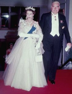 Her Majesty and Australian prime minister Robert Gordon Menzies arrive at a state banquet in Canberra, 1954 Hm The Queen, White Queen, Save The Queen, Elisabeth Ii, Queen Elizabeth Ii, Queen Victoria, Duke And Duchess, Star Fashion, Her Style