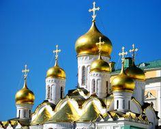El Kremlin es una ciudad dentro de otra ciudad. Sus murallas encierran varios edificios de diferentes épocas, desde la Edad Media hasta la era soviética. De sus tres catedrales destaca ésta de la Asunción construida en el siglo XV sobre otra más antigua, y que alberga las sepulturas de la mayoría de los patriarcas ortodoxos rusos desde 1320 hasta 1700.