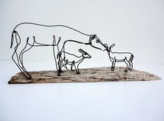 Dominant and Subordinate - The larger deer is dominant in this sculpture, however the two smaller deer are subordinate and balance the composition. Chicken Wire Sculpture, Barbed Wire Art, Stylo 3d, Wire Drawing, Steel Art, 3d Pen, Horse Sculpture, Elements Of Design, Wire Crafts