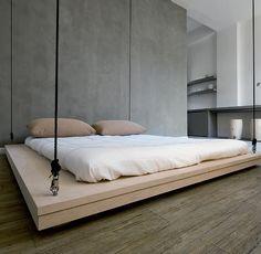 Sobe e desce. Durante o dia, a cama do casal – um tatame de bétula de 2,20 x 2 m e com espaço de apoio nas laterais – permanece suspensa a 20 cm do teto. À noite, basta acionar um interruptor para fazê-la descer. O mecanismo elétrico fca oculto sob o forro e é composto de quatro polias, nas quais se enrolam os cabos de aço que sustentam o leito.