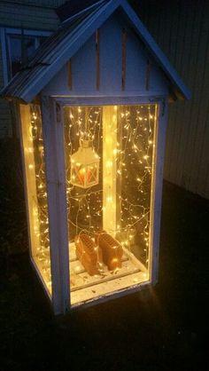 lyhty vanhoista ikkunoista ohje - Google-haku Christmas Feeling, Christmas Lights, Christmas Decorations, Old Wood Windows, Windows And Doors, Garden Lighting Diy, Christmas Light Installation, Diy Cans, Home Flowers