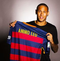 """"""""""" Animo Leo """" he read the message for Leo and he took jersey with undisguised pleasure. Yesterday, without going any further, Neymar and Messi met in the parking lot of the Ciutat Esportiva and as..."""