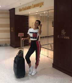 Image shared by Find images and videos about fashion, outfit and travel on We Heart It - the app to get lost in what you love. Sporty Outfits, Nike Outfits, Summer Outfits, Fashion Outfits, Comfy Airport Outfit, Airport Outfits, Airport Style, Adidas Jogging Pants, Airplane Outfits