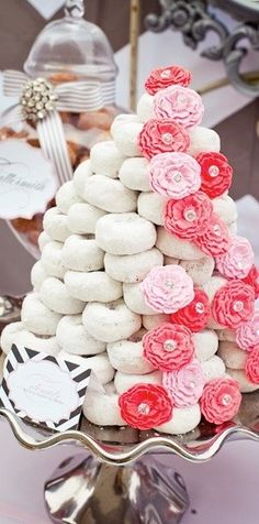 Donut Tree cake~ Great concept or idea for a holiday party or breakfast! I would add some green edible glitter or sprinkles on the donuts to make it more Christmas like & some fake poinsettias tucked in! i love donuts Krispy Kreme Donut Cake, Doughnut Cake, Powdered Donuts, Powdered Sugar, Kreative Desserts, Donut Tower, Bar A Bonbon, Party Fiesta, Wedding Donuts