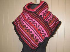 Poncho tricoté à la main pour fillette  taille 8 par LesFousDArt, $75.00