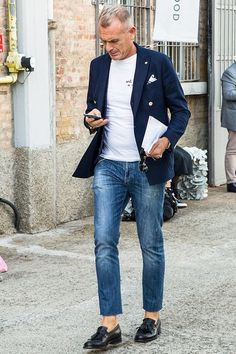 40 Classy Casual Outfits For Average Men Over 50 - Fashion Insider Classy Casual, Smart Casual, Men Casual, Men Over 50, Blazer Jeans, Style Masculin, Herren Outfit, Cute Fashion, Fashion Sale