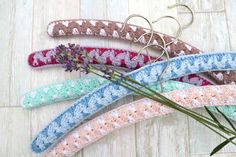 Crochet hanger covers add beauty to your closet and keep your clothes organized and in shape. Discover free crochet patterns to make hanger covers. Crochet Coat, Form Crochet, Thread Crochet, Crochet Hooks, Crochet Patterns, Knitted Coat, Crochet Doilies, Peg Bag, Clothes Pegs