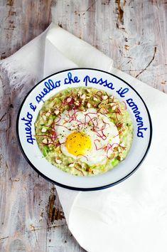 A Londra mangiano il porridge a colazione, pranzo e cena. Avete mai mangiato il porridge salato? Io l'ho provato e mi è piaciuto. Oatmeal Diet, Edamame, Avocado, Plates, Tableware, Recipes, Food, Dinner, Licence Plates