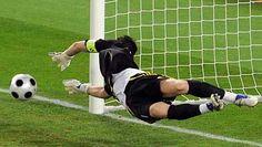 Casillas para el penalti lanzado en la tanda por De Rossi. (AFP)