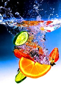 We write a lot about how eating fruit is so good for you and boosts your immune system. Now, it's time to take a look at which fruits . High Speed Photography, Splash Photography, Fruit Photography, Still Life Photography, Creative Photography, Spa Water, Water Art, Splash Fotografia, Fruit Splash