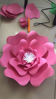 Diy Crafts - DIY Giant Paper Rose Pattern Templates and Tutorials, Garden Birthday Party Decor, Flower Wall, Printable PDF and SVG cut files Paper Flower Centerpieces, Paper Flowers Craft, Large Paper Flowers, Paper Flowers Wedding, Paper Flower Wall, Paper Flower Backdrop, Paper Roses, Flower Crafts, Diy Flowers