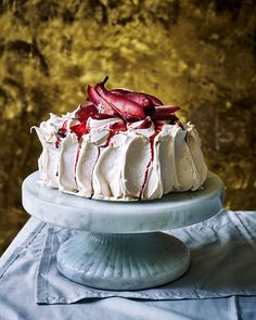 Finish your dinner party off with this not-so-traditional pavlova topped with blackberries and boozy, poached pears. This dessert is the perfect centrepiece for any special occasion. Pavlova Meringue, Lemon Curd Pavlova, Strawberry Pavlova, Mini Pavlova, Meringue Desserts, Meringue Girls, Meringue Food, Sweets, Cake
