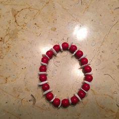 Brazalete de conchas blancas con abalorios de howlita roja para mujeres...