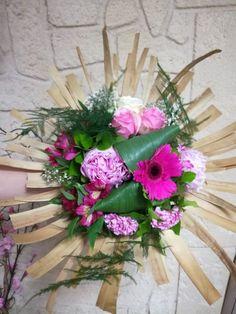 Bouquet rond structure www. Bouquets, Floral Wreath, Creations, Wreaths, Home Decor, Flower Arrangements, Flowers, Floral Crown, Decoration Home
