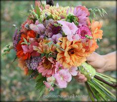 Brudebukett i august med zinnia, georginer, løvemunn, oregano, eplemynte, havre