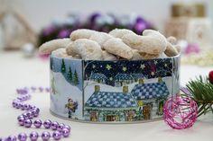 Oblíbené cukroví podle Fabešové: rohlíčky a košíčky s čokoládovým krémem - iDNES. Christmas Morning, Ale, Breakfast, Desserts, Food, Kitchen, Morning Coffee, Tailgate Desserts, Deserts